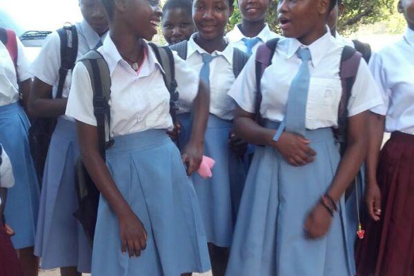 pag-3-ragazze-pronte-per-scuola0FD0126F-4F62-81CD-2D94-25F2E78C9AEE.jpg